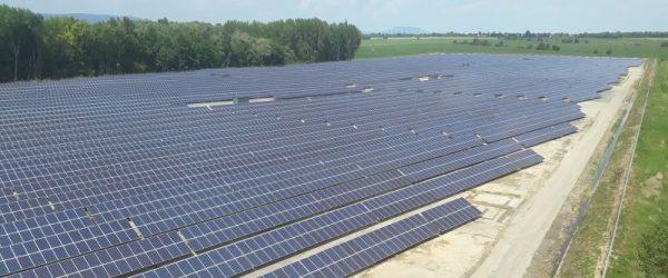 A 6,9 MW teljesítményű balatonberényi naperőmű 26 784 darab 285W-os polikristályos napelemből áll.